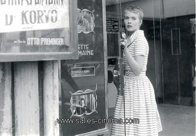 Jean Seberg devant le cinéma Mac-Mahon