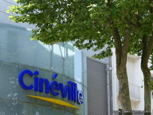 L'enseigne du cinéma Cinéville de Laval